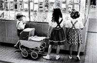 petit garçon et petites filles à la poussette, gare saint lazare, paris by christian lemaire