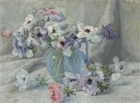 stillleben mit anemonen in blauem glaskrug by gioachimo galbusera