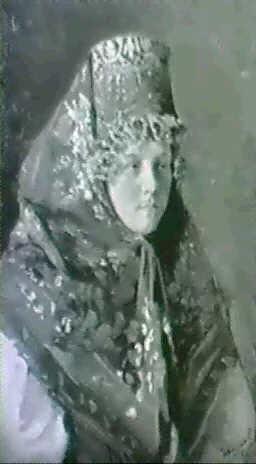 ung russisk pige i festdragt by ivan semionovich kulikov