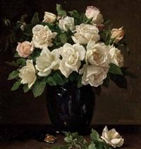 stillleben mit weißen rosen und blauer vase by emil reinicke
