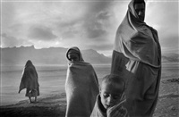 refugees in the korem camp, ethiopia, 1984 by sebastião salgado