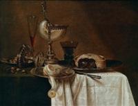 ein prunkstillleben mit einem nautiluspokal, einem römer, einem facon de veniseglas, einer geschälten zitrone und einer pastete auf einem tisch, drapiert mit einer weißen tischdecke by gerrit willemsz heda