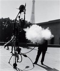 jean tinguely, portrait de l'artiste, devant la tour eiffel, paris by robert doisneau