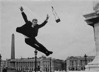 barry ford danseur, exécutant un saut sur la place de la concorde, appareil photographique dans les airs by henri pessar