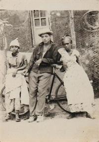 deux hommes et une femme accoudés à une bicyclette by jean depara
