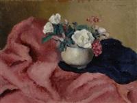 vaso con fiori sul drappo rosa by guido peyron