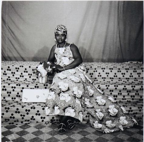 femme installée sur lestrade du studio daugustt by cornélius yao august azaglo
