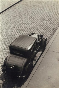 voiture sur cobblestone strasse by paul freiberger