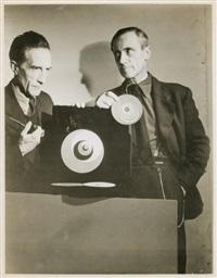 hans richter avec marcel duchamp et ses rotoreliefs dans le film rêves à vendre by arnold eagle