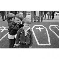 enfants lors d'une manifestation en faveur des grévistes de la faim du comité h-block, belfast, irlande by ian berry
