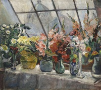 oppstilling med blomster i ateliervindu by severin grande