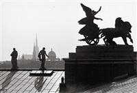 die siegesgöttin nike in ihrer quadriga auf dem dach des wiener parlamentes by christine de grancy