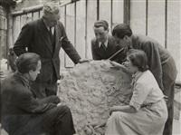 présentation de la sculpture de maurice savin en présence d'alberto giacometti by robert doisneau
