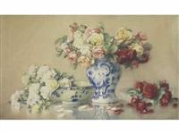 composition au vase, saladier bleu et blanc et aux roses by isidore rosenstock