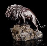 bronze eines löwen auf einem felsen stehend by yoshitani