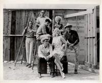 les désaxés/the misfits--marilyn monroe, montgomery clift, clark gable, eli wallach, frank taylor, arthur miller et john huston sur le tournage de son film by elliott erwitt