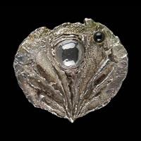 pendentif au décor d'une huître perlée by jef van tuerenhout