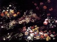 natura morta con alzata di pesche, uva, garofani, gelsomini, rose e narcisi by giuseppe vicenzino