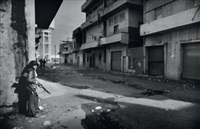 un gamin dans la guerre -beyrouth, liban by françoise demulder