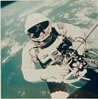 la première sortie de l'homme dans l'espace, l'astronaute ed white au dessus de la terre, le 3 juin by james mcdivitt