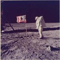 edwin e. aldrin, jr. devant le drapeau américain déployé sur la surface lunaire, le 20 juillet by neil armstrong
