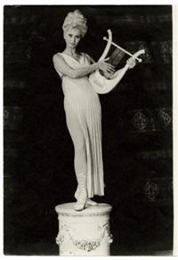 sophia loren statufiée en muse dans la diablesse en collant rose by george hoyningen-huene