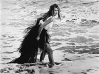 claudia schiffer dans les vagues by karl lagerfeld