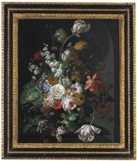 tulpen, pfingstrosen, mohnblumen, ringelblumen, aurikeln, kornblumen, afrikanische ringelblumen, passionsblumen und andere blüten in einer glasvase by johannes christianus roedig