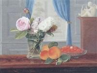 interior med rose og levkojer i en vase på et bord, hvorpå jordbær i en skål og ferskengren by johannes ludwig camradt