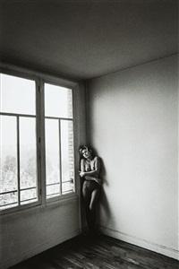 nu féminin dans le coin d'une chambre by jeanloup sieff
