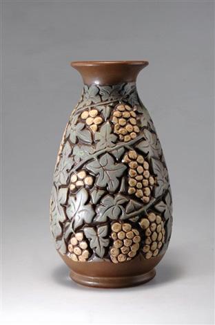große vase mit weintrauben by mougin frères