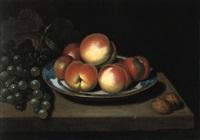 stilleben von pfirsichen, weintrauben und nüssen by john cornish