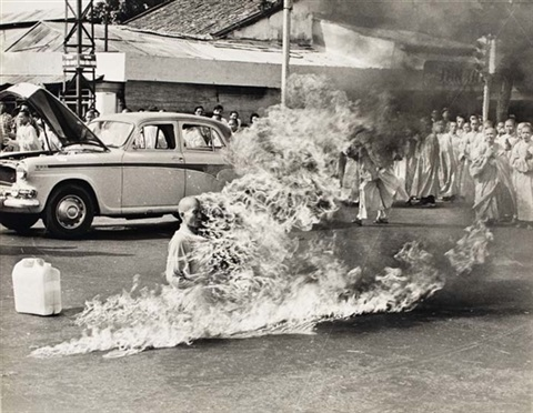 buddhist monk rev quang duc burns self to death by malcolm browne