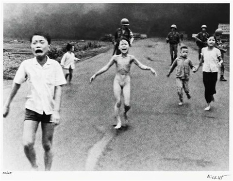 [Jeu] Association de mutiques - Page 2 Nick-ut-children-fleeing-a-napalm-bomb-attack,-trang-b%C3%A0ng,-south-vietnam