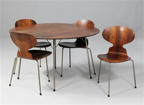 set comprising an early table and four ant stacking chairs, mod. 3100 by arne jacobsen