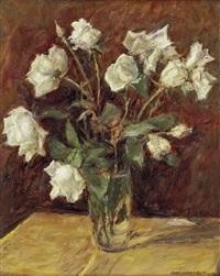 stillleben mit weißen rosen in glasvase by adolf helmberger