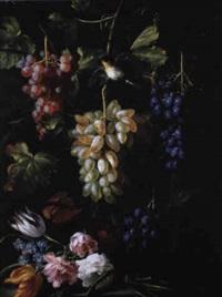 nature morte à la grappe de raisin et fleurs by gilardo da lodi