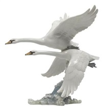 fliegende schwäne über meereswellen by hans achtziger