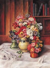 astern und dahlien in drei vasen, malerisch arrangiert auf weißem tuch by elisabeth jung