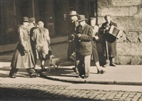 grupa osób na rogu ulic by leonard sempolinski