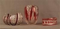 lot se composant d'un vase et deux coupes en cristal clair doublé rubis (set of 3) by val saint-lambert