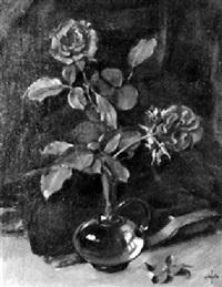 zwei rote rosen in gläserner vase by alfred anklin