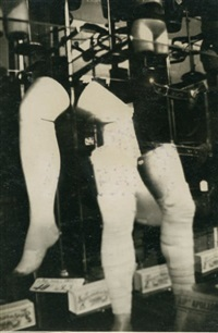 jambes de mannequin dans une vitrine by benjamin fondane