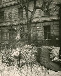 cour devant l'atelier du photographe by josef sudek
