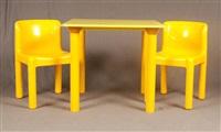 table de forme carrée accompagnée de deux chaises kartell en plastique jaune (set of 3) by carlo bartoli