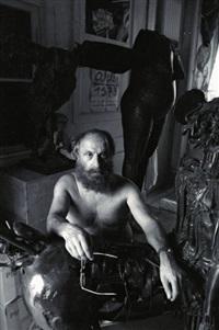 césar dans son atelier de paris, le 6 juillet by francis apesteguy