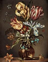 stilleben med tulpaner i vas på bänkskiva by ambrosius bosschaert the elder