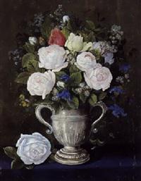 engelsk george ii solvpokal med broget buket af roser på et bord by jacoba rasmussen