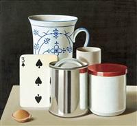 stilleben mit spielkarte, blechdose, salbendose, papprolle und kaffeebecher by klaus langkafel