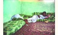 jeune adolescent allongé, désert du sinaï, egypte by scarlett coten